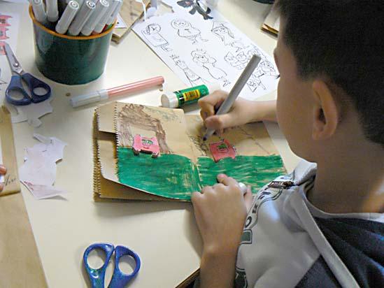 laboratorio: costruzione di un libro con sacchetti di carta.